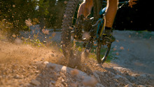CLOSE UP, DOF: Mountain Biker ...