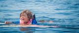 Fototapeta Fototapety z morzem do Twojej sypialni - Radość dziecka podczas zabawy w wodzie