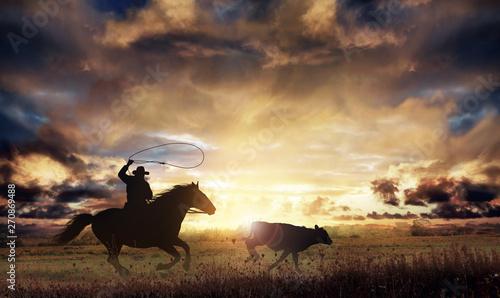 Fotomural  rancher lassoing a runaway cow