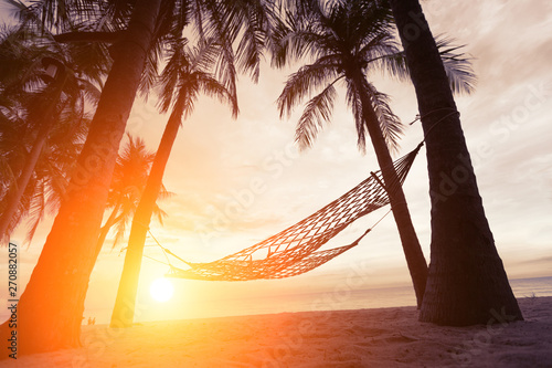 Foto auf AluDibond Braun silhouette of hammock at sunset on the beach