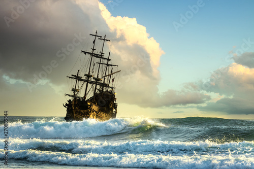 Cadres-photo bureau Navire Old ship silhouette in sunset scenery