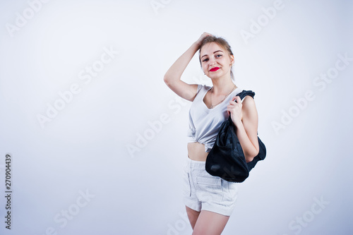 Photo Amazing fit sexy body brunette caucasian girl posing at studio against white background on shorts and top with black sport bag