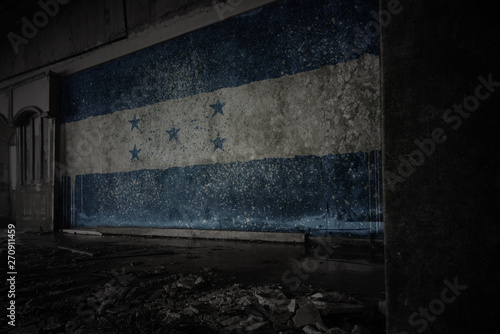 Poster de jardin Amérique du Sud painted flag of honduras on the dirty old wall in an abandoned ruined house.