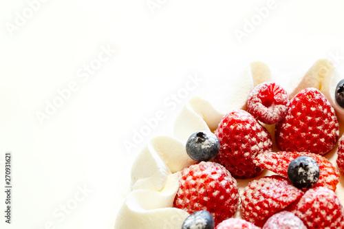 Vászonkép 生クリームとイチゴのショートケーキのアップと白バック