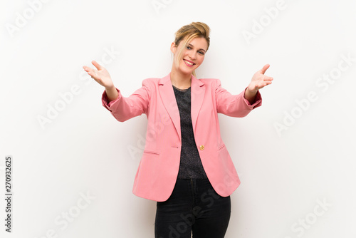 Photo  Young blonde woman with pink suit presenting and inviting to come with hand