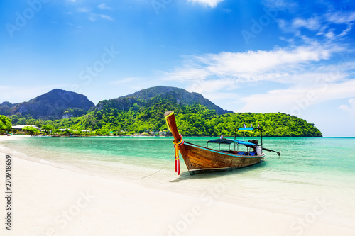 Fotografiet Thai traditional wooden longtail boat and beautiful sand beach.
