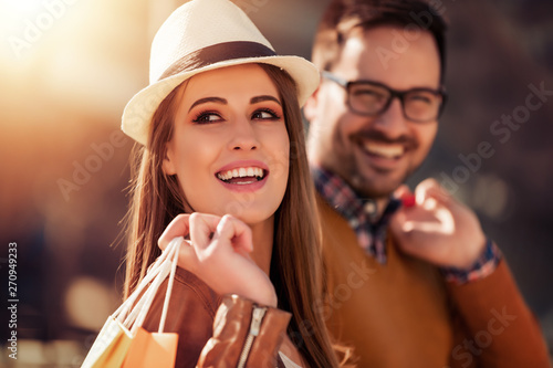 obraz dibond Happy couple shopping together in the city