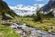 Gebirgsbach von einem Gletscher in den Tiroler Bergen