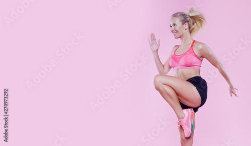 Fotomural  Young powerful beautiful runner fit girl studio portrait