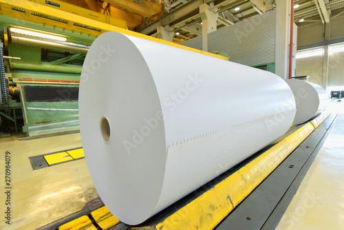 Fotomural  Herstellung von Papier in einer modernen Fabrik - Maschinen Industrieanlage // P