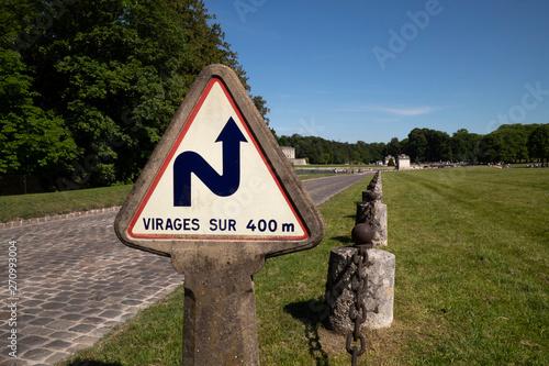 Fotomural  Signe routier; virage sur 400 métres
