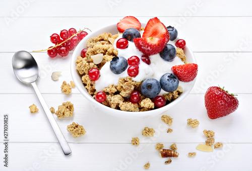 Foto auf Leinwand Texturen Granola with yogurt, muesli and berries on white wood background