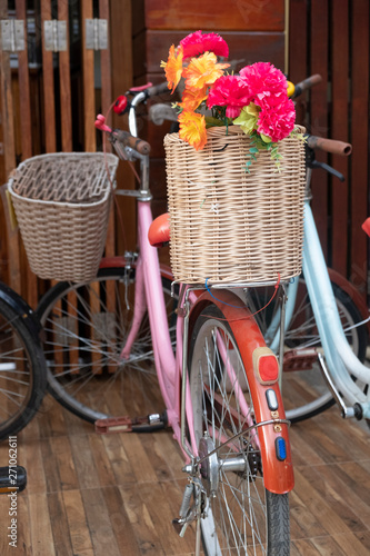 La pose en embrasure Velo Place decoration With a bouquet of flowers in a basket and bicycle