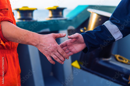 Fotografia marine contractor businessman handshaking with worker on the ship