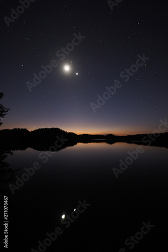 Fotografía The Moon and Venus over an exceptionally calm Paurotis Pond in Everglades National Park, Florida in late twilight