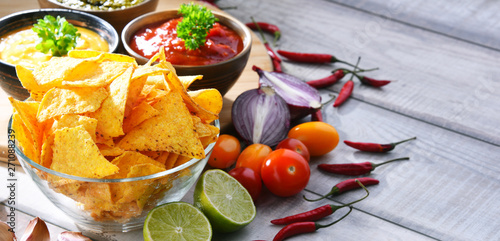 Photo sur Aluminium Akt Composition with bowl of potato chips.