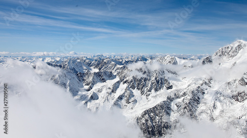 Photo Panoramic view from a high point on the snow-covered mountain range