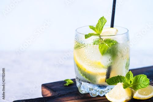 Zimny napój z lemoniadą.