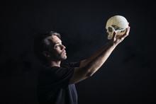 Actor Con Calavera Interpretando La Obra De Teatro Hamlet De Shakespeare
