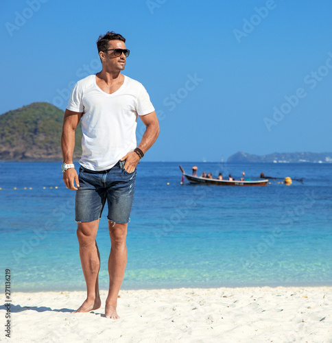 Photo sur Toile Artiste KB Handsome, muscular man relaxing on a tropical beach