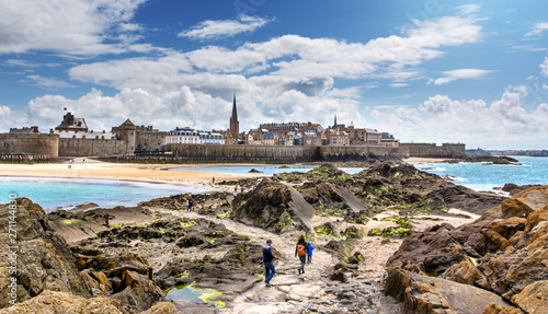Saint-Malo Panorama, Bretagne, Les remparts vu du fort national #271144830