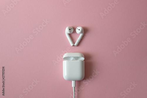 Fotografía  wireless white headphones on pink background. Airpods.