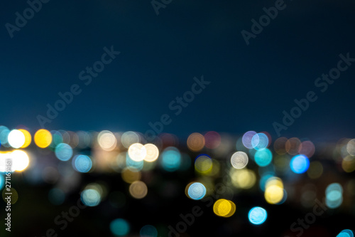Photo Stands Black light bokeh city landscape at night sky with many stars, blurred background concept.