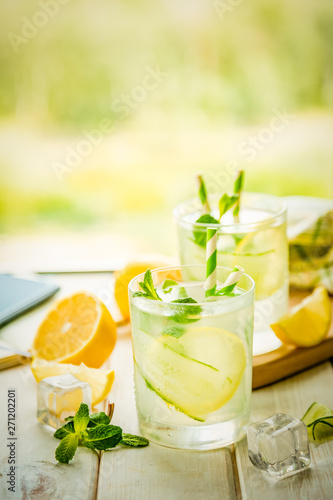 Fotografía Summer lemonade in glasses in front of window, copy space