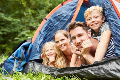 Poster Camping Glückliche Familie beim Camping im Zelt