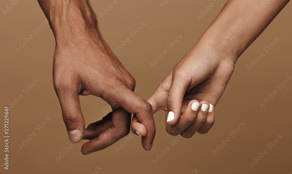 Fototapeta Couple linking index fingers