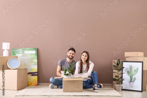 Young couple unpacking belongings in their new house Canvas-taulu