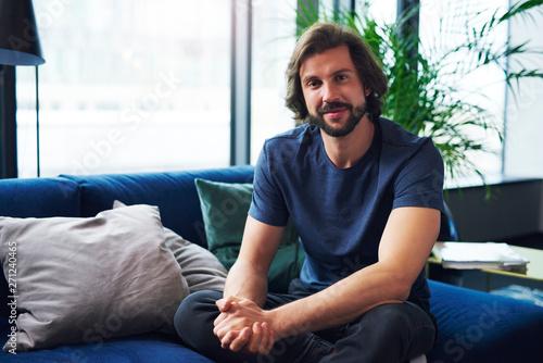 Foto auf Leinwand Texturen Portrait of handsome man in living room