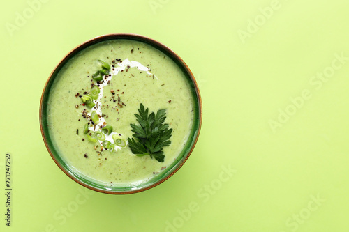 Tablou Canvas Bowl of tasty cream soup on color background