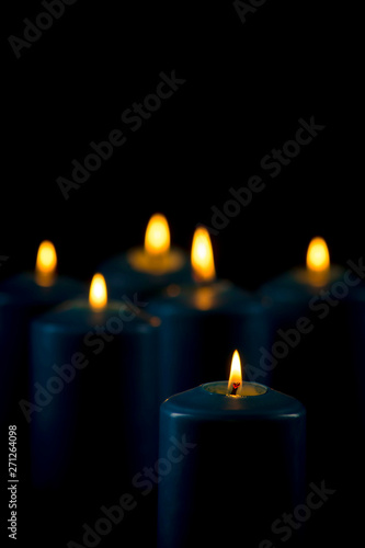 Photo Lit blue candles on a black background