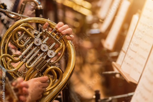 Foto french horn during a classical concert music, close-up.