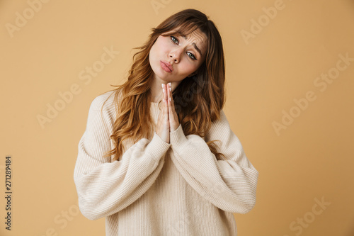 Fotografía  Beautiful young woman wearing sweater standing