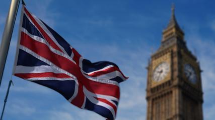 Piękna Wielka Brytania macha flagą i za słynnym Big Ben., Brexit.