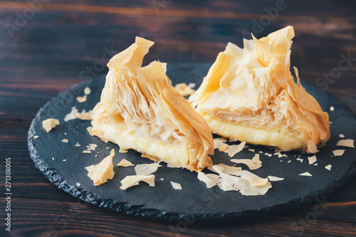 Foto op Aluminium Brood Baked Camembert in phyllo pastry