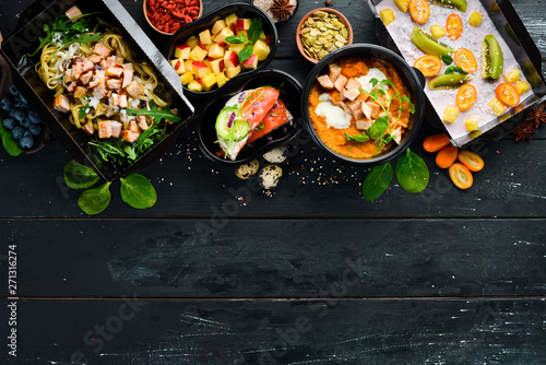 Fototapeta restaurant dish delivery. Catering, dinner dishes in boxes. Top view. Free space for your text. Rustic style. obraz