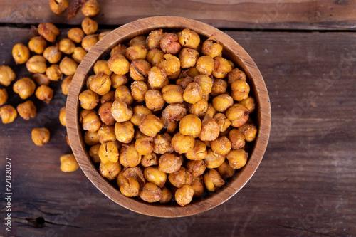 Fotografía  Roasted Chick Peas healthy snack on wooden table