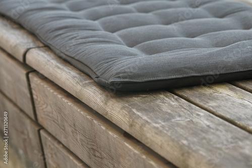 Türaufkleber Darknightsky Sitz Kissen und Bank aus Holz