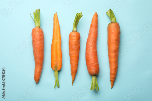 Flat lay composition with fresh carrots on color background Fototapete