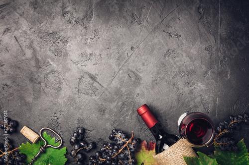 Foto auf Leinwand Texturen Wine composition on dark rustic background