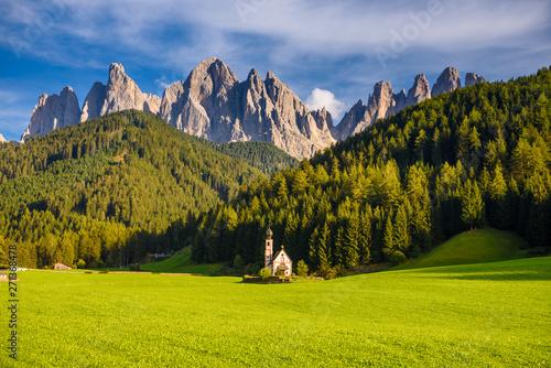 Photo landscape scenic of Saint John's Church in the Val Di Funes , famous travel loca