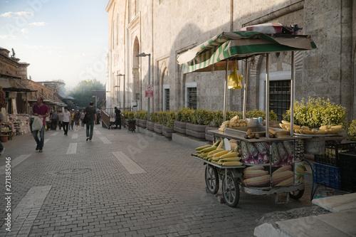 Fototapeta Markt in Bursa mit Mais Stand vor der Moschee, Türkei obraz na płótnie