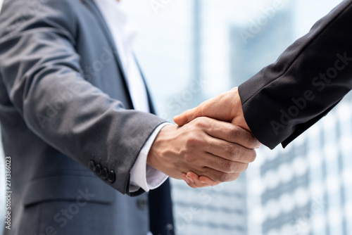 Fotografía  Businessmen making handshake in the city