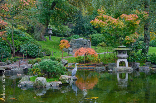 Photo  Japanese garden with lakelet in London with colorful treetops and water