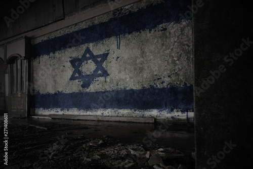 Fotografia painted flag of israel on the dirty old wall in an abandoned ruined house