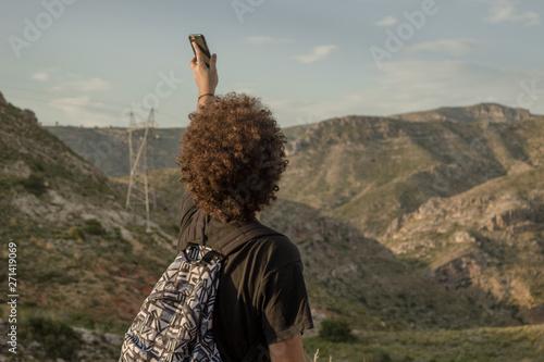 Hombre en la montaña buscando cobertura Canvas Print