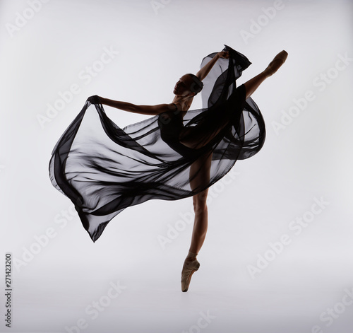 Photo A ballerina dances with a black cloth
